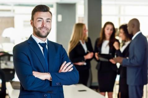 empresario-lider-en-la-oficina-moderna-con-los-empresarios-de-trabajo_1139-961